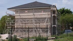 Ils achètent une maison et découvrent que le voisin construit à trois centimètres de leur fenêtre