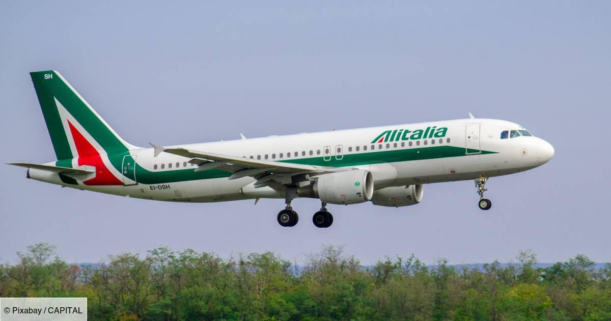 Alitalia : d'anciennes hôtesses de l'air tombent l'uniforme pour protester contre les conditions de reprise de leur compagnie