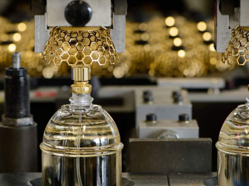 Pose de capuchons sur des flacons de parfum
