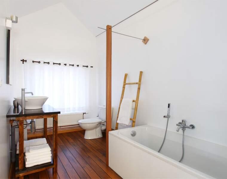 Elle possède également sa salle de bains avec baignoire