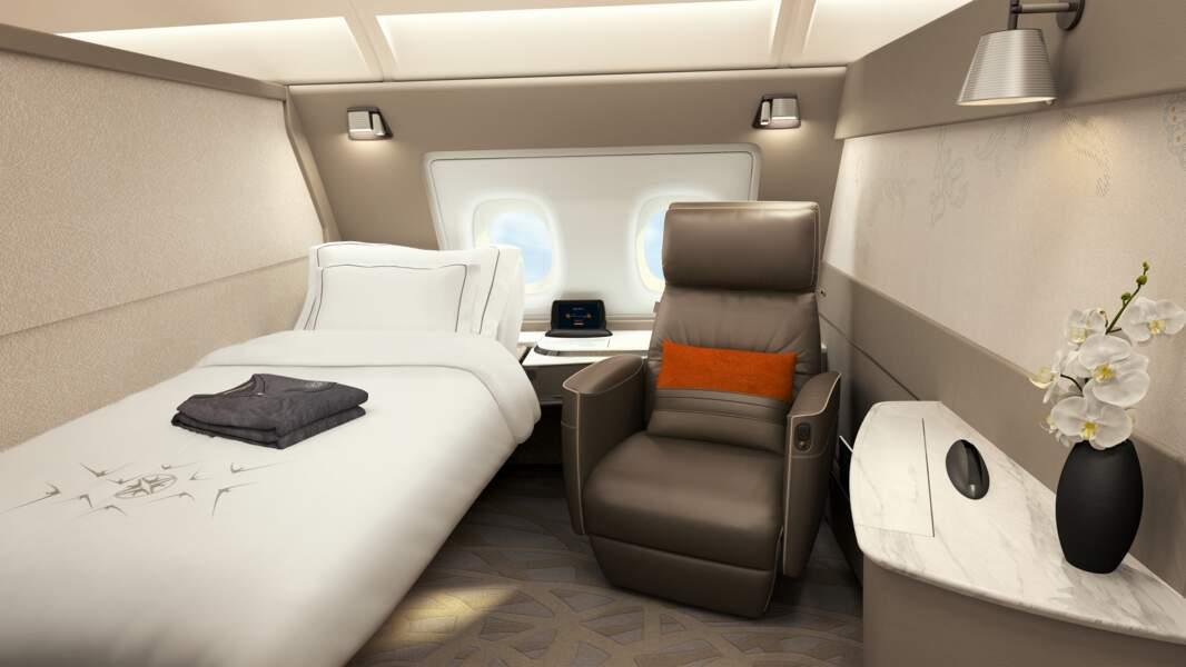 Un lit et un fauteuil dans chaque suite
