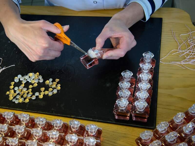 Des fils de soie pour décorer les fioles de parfum