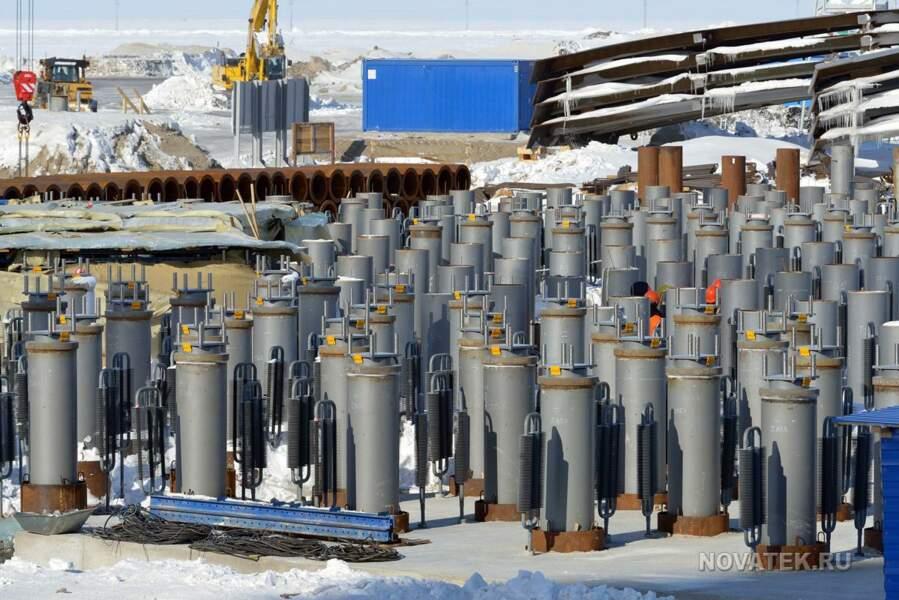 Pour résister au permafrost, l'usine est construite sur des milliers de pilotis
