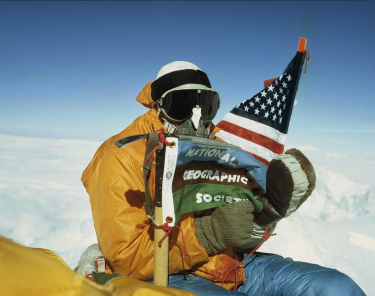Sommet de l'Everest : Barry Bishop déploie le drapeau de la National Geographic Society