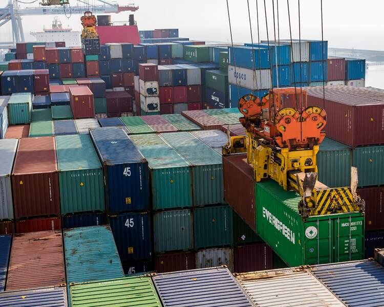 Des tonnes de marchandises dans les conteneurs