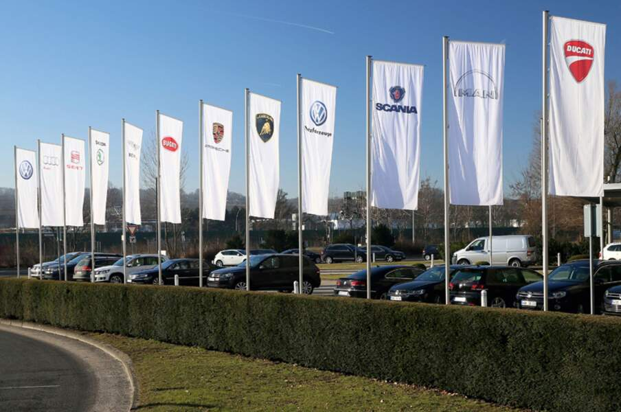 Les drapeaux des marques au siège de Wolfsburg
