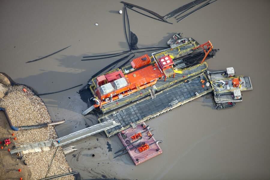 Une barge tente de récupérer les boues d'hydrocarbures