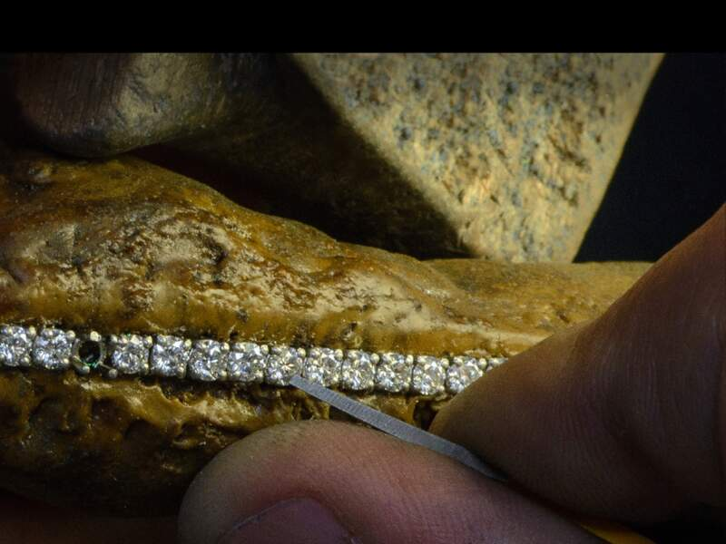 Sertissage de diamants sur un collier en or