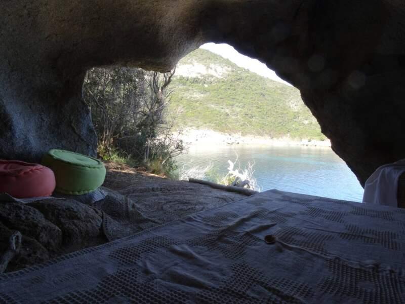 Réveillez-vous dans une grotte en Corse