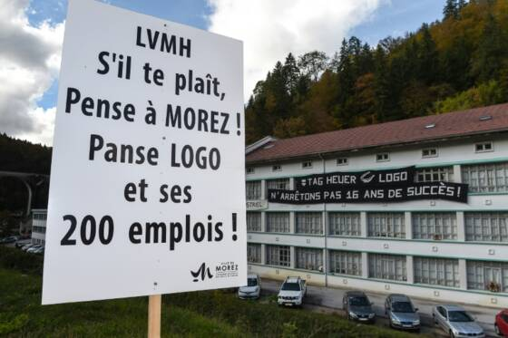 a684f6ef945 Un panneau devant l entreprise LOGO à Morez