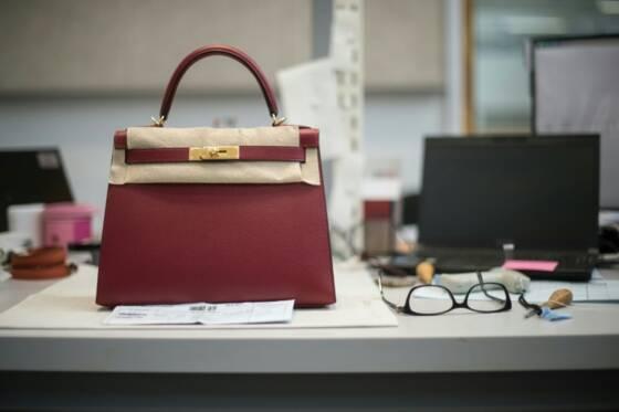 655e462da3 Un sac à main Hermès, fabriqué dans la nouvelle manufacture du groupe de  luxe à Héricourt dans l'est de la France, le 31 mars 2016 AFP/SEBASTIEN  BOZON