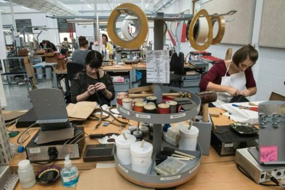 db2f7abe3a Des couturières travaillent dans la nouvelle manufacture Hermès, la veille  de son ouverture à Héricourt dans l'est de la France, le 31 mars 2016 ...