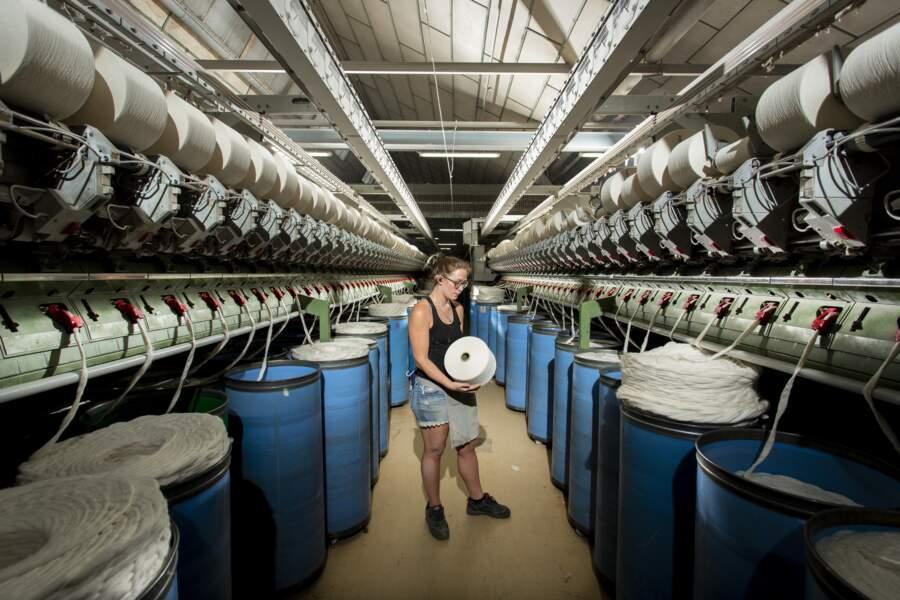 40 kilos de rubans de coton dans chaque baril bleu